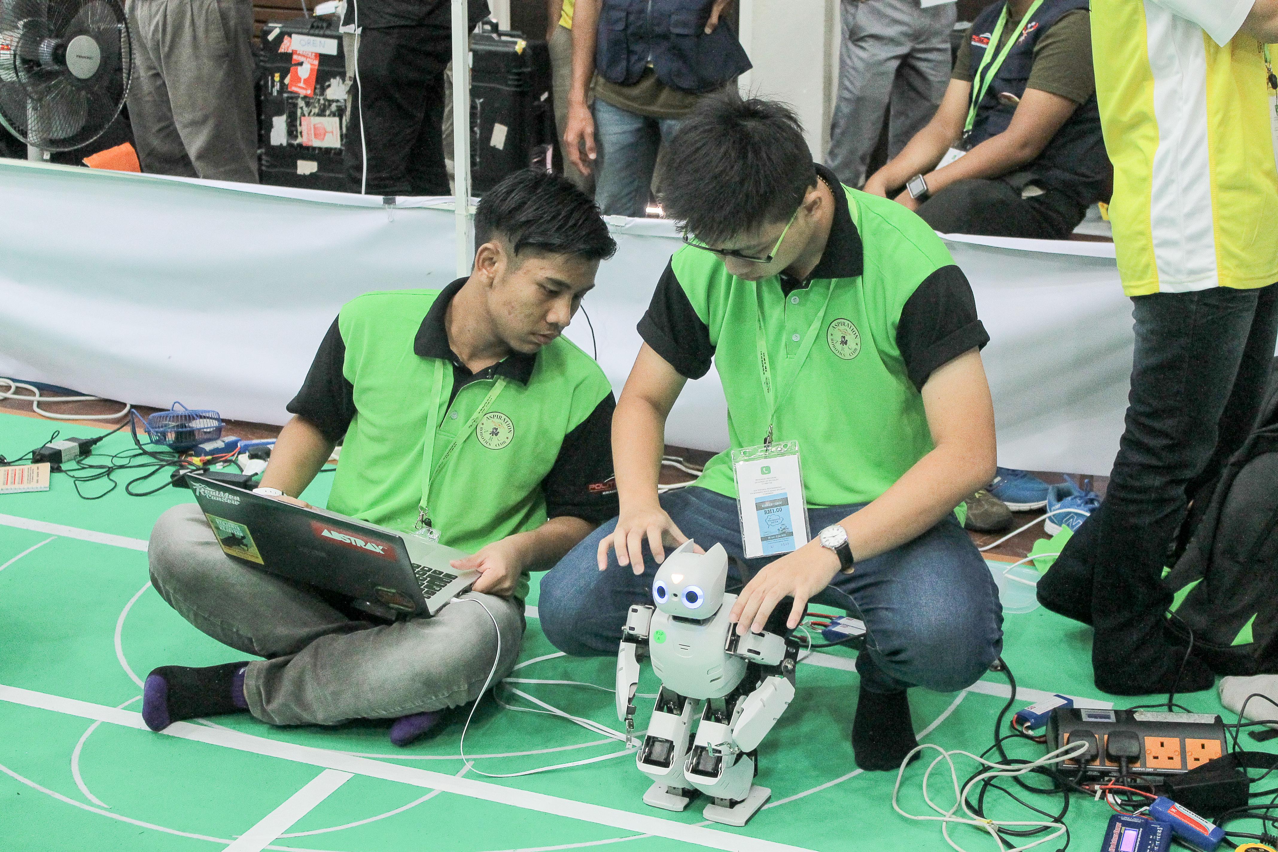 Saya dan Hong ketika setting robot
